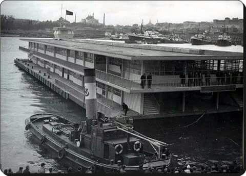 Karaköy vapur iskelesi. Sanırım batmıştı bu.