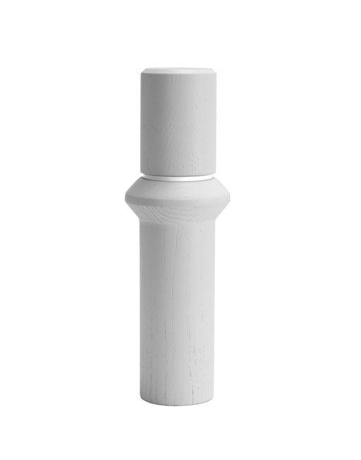 El molinillo de sal y pimienta Transmission está diseñado alrededor de la simplicidad y funcionalidad. Cada molino viene con 2 anillos indicadores intercambiables, uno blanco para la sal y uno negro para la pimienta. La pieza de cerámica que permite moler los granos es ajustable para permitir la regulación de la cantidad molida en cada vuelta,