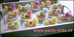Paas of vogel nestjes met een mini donut in een papieren cake cup