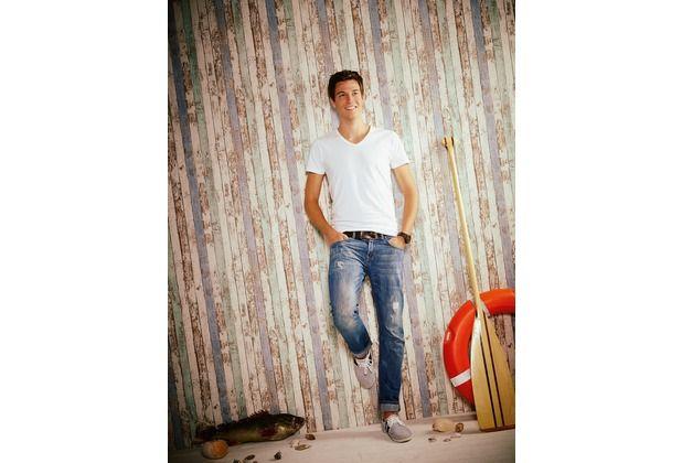 Cooles Design durch mehrfarbige Holzoptik! Sehr gut geeignet für Jugendliche, die das besondere Etwas in Ihrem Raum wünschen. Aber auch das Wohnzimmer oder das Schlafzimmer verschönert dieses Wanddesign. #Holz #modern #stylisch #Trend #Tapete #Vliestapete #Teenager #ascreation #hertie AS Création