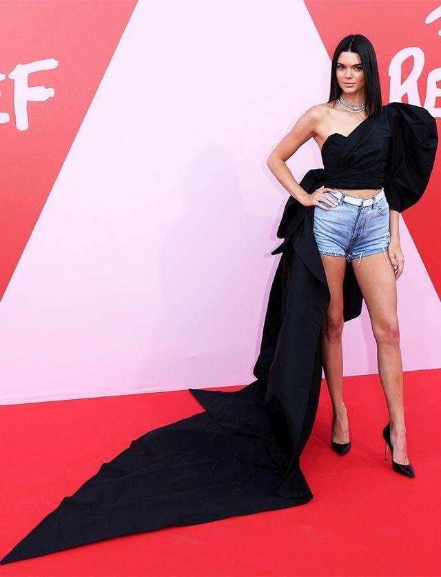 Kendall usa shorts de mezclilla en Cannes.
