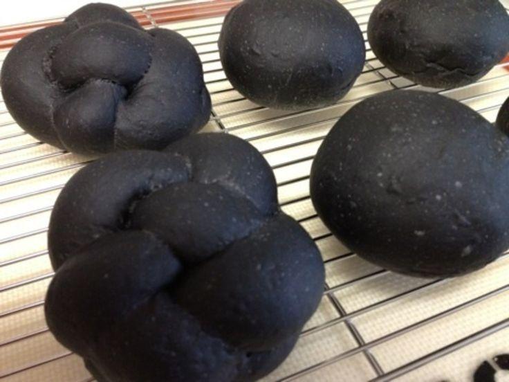 竹炭でまっ黒ツォップと丸パン
