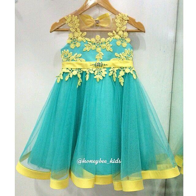 Vestido de tul con aplicaciones de encaje amarillo
