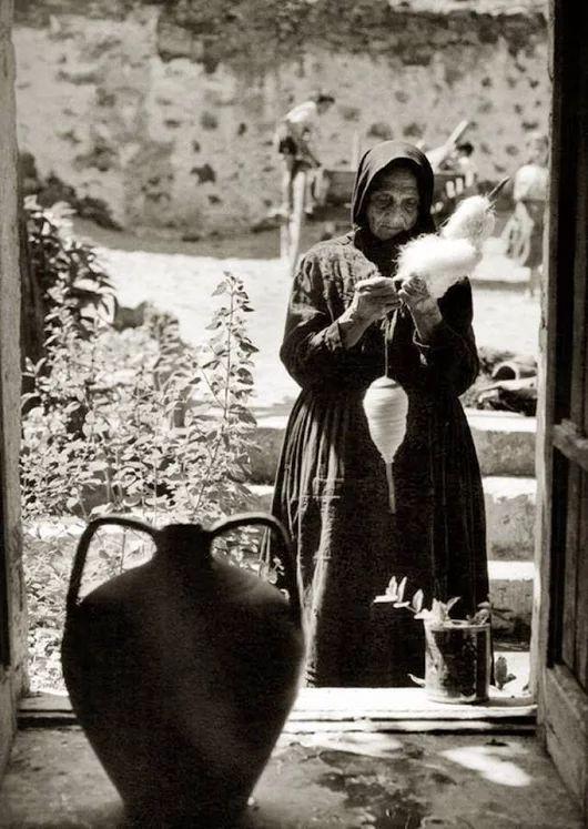mi ricorda la mia adorata nonna quando filava la lana ed io la guardavo ammirata :)