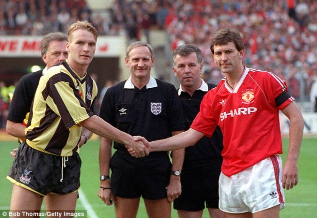 Bryan Robson with Crystal Palace captain Geoff Thomas prior to the 1990 FA Cup final at Wembley