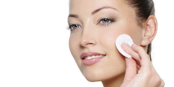 Detergere il viso in modo naturale, rimuovere il trucco con efficacia senza irritare la pelle. Con pochi e semplici ingredienti naturali possiamo prparare in casa il nostro struccante fai-da-te che potrà sostituire il latte detergente e le salviettine monouso che troviamo comunemente in vendita. Questi rimedi sono adatti soprattutto per le pelli delicate che mal sopportano i comuni prodotti per la pulizia del viso.