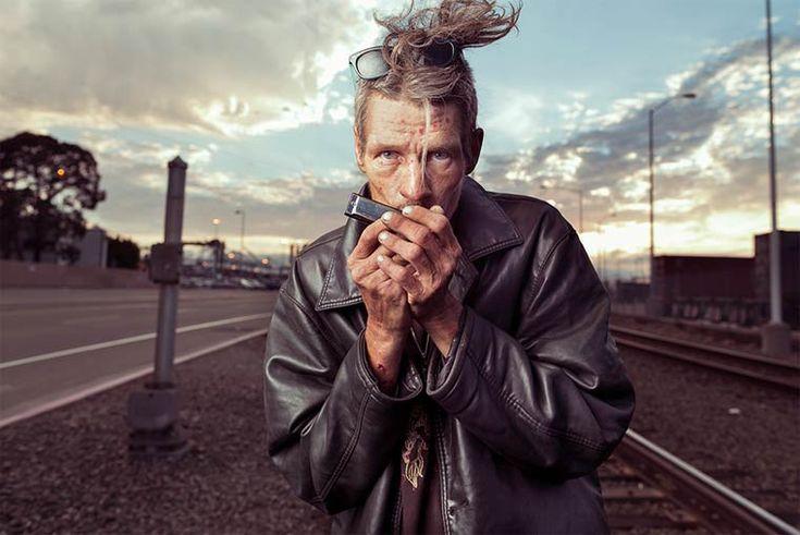 Avec son projet intitulé Underexposed, le photographe américain Aaron Draper cherche à rendre hommage aux sans-abris, redonnant un visage et une humanité à ces hommes et à ces femmes rarement considérés. Professeur de photographie à la Chico State University, Aaron Draper souhaite ainsi changer le regard des gens sur ces personnes en marge de notre système…