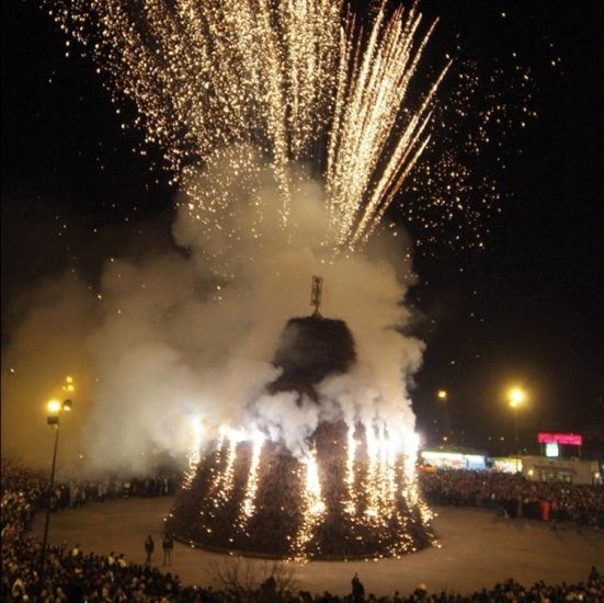 The Fòcara in #Novoli (#Salento, South #Puglia) The word Fòcara derives from the dialect of #Salento and it means a bonfire of firewood . It is used to indicate a traditional rite: to create piles of fagots at crossroads of the city (especially in the cities of Surbo and Novoli ) and set it on fire on the eve of the liturgical feast of Saint Anthony. #travel #travelblog #blog #blogger #travelblogger #italy #italia #lafocara #Salentowebtv #ecofestapuglia #differenzialafocara #focara2015