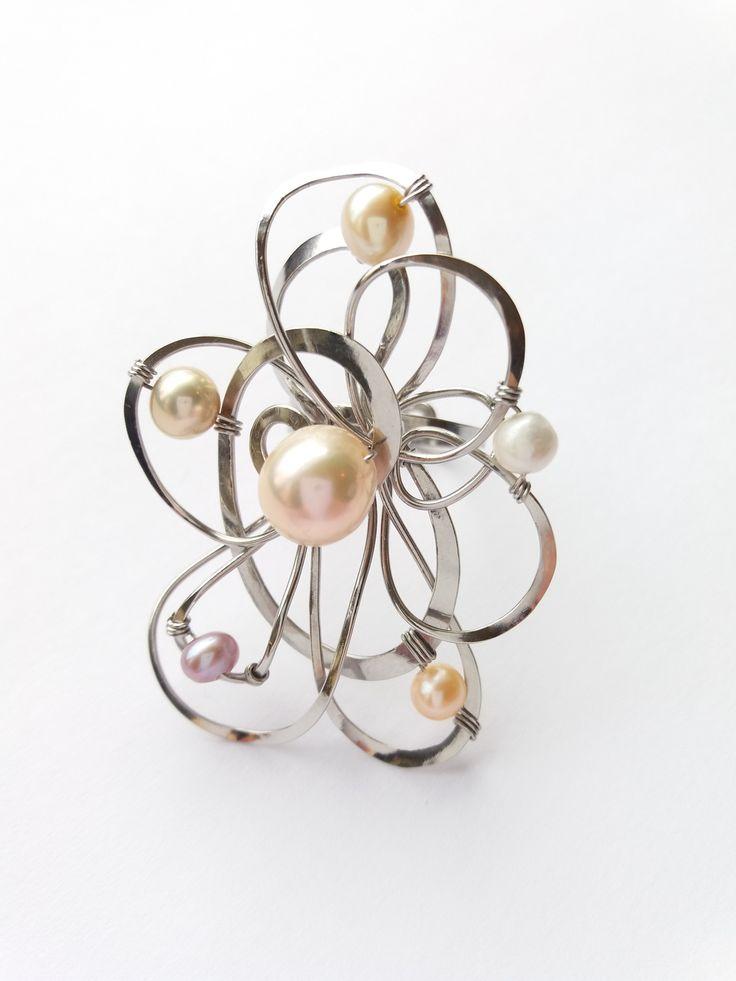 """Prsten+Nr.131+""""Pohlazen+perlami""""+exkluzivní+perly+Autorský+šperk.+Originál,+který+existuje+pouze+vjednom+jediném+exempláři+z+kolekce+""""Variací+na+květy"""".Vyniká+svou+lehkostí,+jedinečným+výrazem,+kouzelným+prostorovým+tvarem+a+decentní+jemnou+barevností+výběrových+perel.+Prostorový+tvar+vždy+vypadá+velmi+lehce,+vzdušně,+zajímavě+a+na+ruce,+která+je+v+pohybu+jakoby..."""