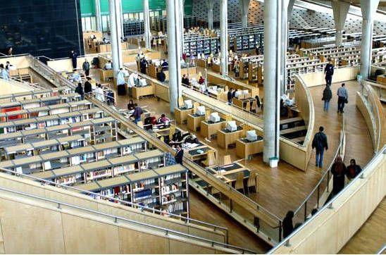 La Bibliotheca Alexandrina Inaugurée en 2002, cette bibliothèque a été construite près de l'emplacement où se trouvait la bibliothèque d'Alexandrie antique, détruite vers l'an 642.