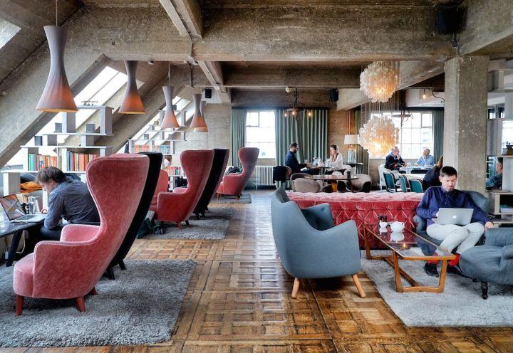 La Shoreditch House a Londra. Snug con grande schermo e i tavolini bassi. La sala Snug è uno spazio versatile adatto a incontri privati e pranzi o cene informali per un massimo di 18 persone. Questo spazio può ospitare anche feste e cene più formali per massimo 40 persone