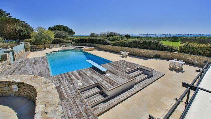 La villa possède une piscine chauffée à débordement et fosse de 2.8m avec vue sur l'océan Atlantique. Autres loisirs, le jacuzzi, un terrain de pétanque et le grand tennis dans un parc de 7000 m2.
