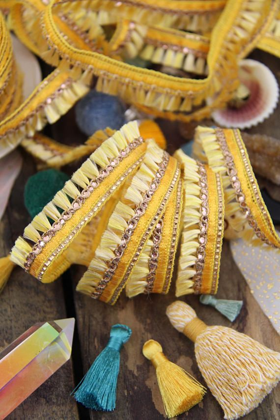 Build Me Up Buttercup : Garniture jaune pompon frangé, Boho rétro petit minuscule coupe, galon indien maigre, printemps Craft Supplies, Yd 1 x 3/4""