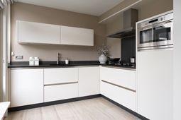 keuken hoogglans wit met taupe kleurige achterwand