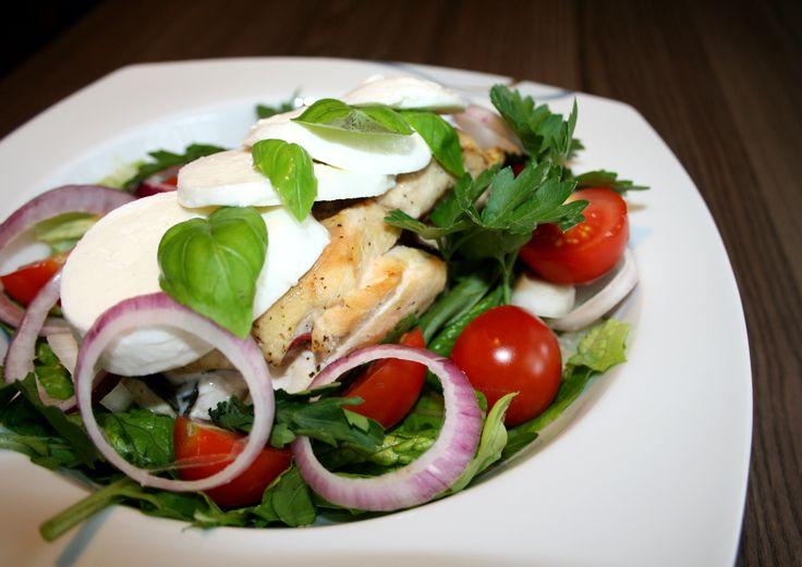 Hei og god mandag! Tenkte jeg skulle dele en enkel kylling oppskrift med dere, jeg var så heldig å få masse forskjellig salat og urter av en nabo her om dagen og det resulterte i en deilig salat! K…