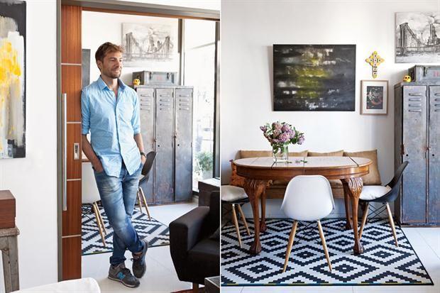 Un departamento de 55m2 con estilo propio  Sobre la alfombra geométrica de Ikea, la mesa de patas torneadas que el dueño canjeó por una de campo que tenía, pero que no pasaba por la puerta del departamento. Sillas 'DSW' de acrílico y un banco rústico con almohadones de arpillera. La pintura es de su autoría
