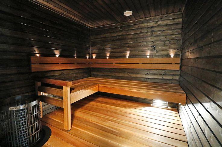 Tuijalauteet ja mustat kuusipaneloidut seinät luovat sauvusaunamaisen tunnelman.