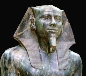 """Der Prinz Chephren war evtl. ein weiterer Sohn Cheops und bestieg nach dem Tod seines Bruders Djedefre den Thron Ägyptens. Er führte die Neuorientierung seines evtl. Bruders fort und führte ebenfalls den Titel """"Sohn des Re"""". Es existieren nur wenige zeitgenössische Belege über seine Person oder über seine Regierungszeit. Chephren ist vor allem durch den Bau seiner Pyramidenanlage in Giza und durch die zahlreichen Statuen aus dem Pyramidenumfeld bekannt."""