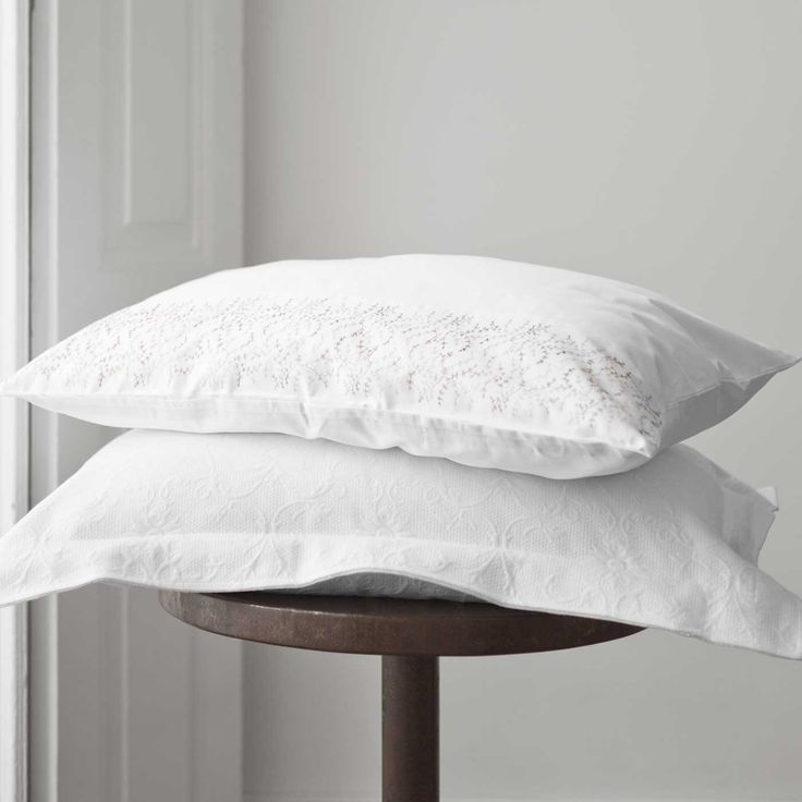 Kelly's detailing pairs well with our Simonetta pillowcases.