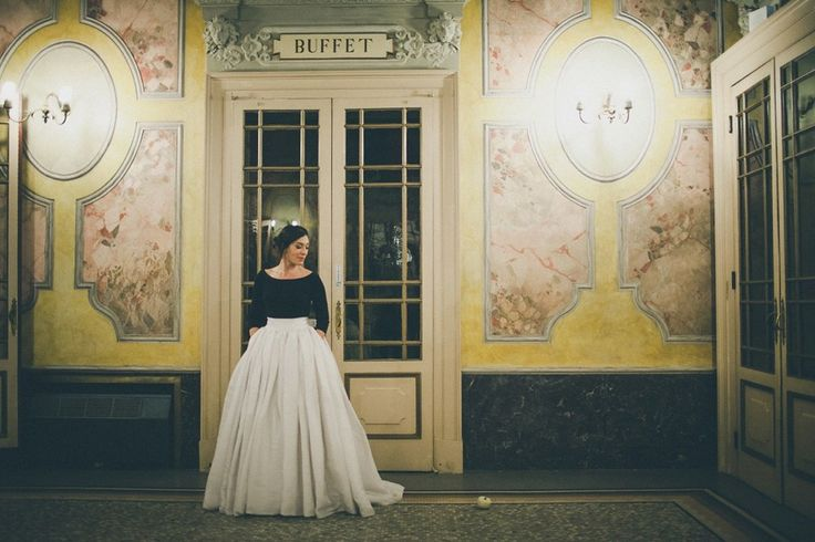 A bride wearing black and white bridal separates for her elegant Italian wedding. Photography by Infraordinario Studio.