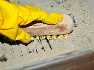 Şömine Nasıl Temizlenir ?  Şömine temizleme fırçaları sayesinde, yakma işlemi bittikten sonra haznenin içerisindeki hiçbir şekilde ateş veya köz kalmadıktan sonra fırça yardımıyla külleri ızgaranın içerisine doğru süpürebilirsiniz. Süpürme işlemi bittikten sonra ızgarayı kaldırıp içindeki kül toplama kovasını tekrar boşaltabiliriz.  Yapay odunlar ise içinde sentetik maddeler içerirler. Bu sentetik maddeler yanarken cama yapışma olasılığı vardır. Bunların daha sonra temizlenmesi oldukça…