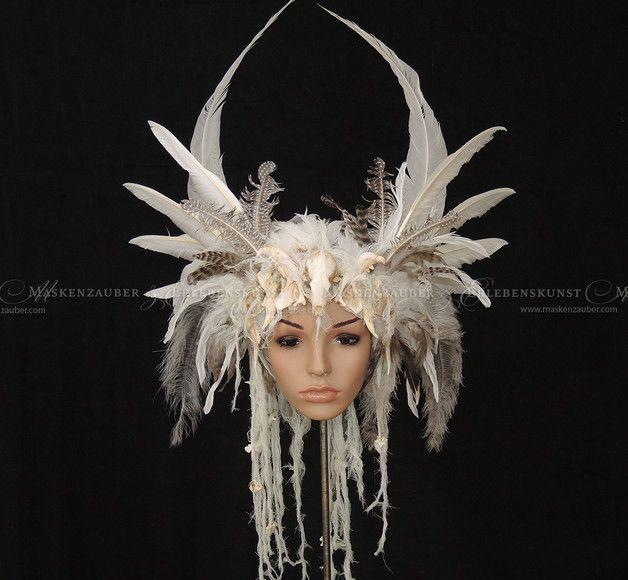 Haarschmuck & Kopfputz - Headdress, Federkrone, Headpiece mit Schädel - ein Designerstück von Maskenzauber bei DaWanda
