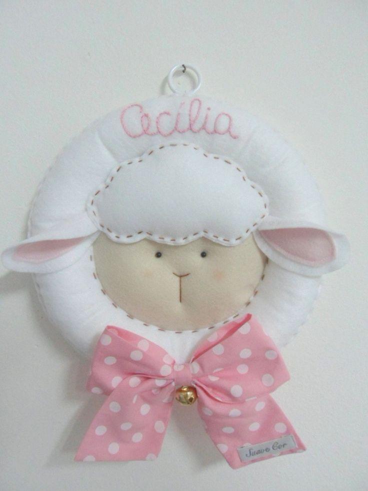 Confeccionada em feltro, laço em tecido de algodão e guizo no laço. Podendo bordar a mão o nome do bebê.