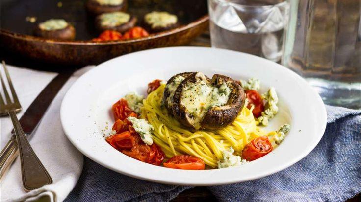 Pasta met blauwe kaas gevulde champignons en gepofte tomaat