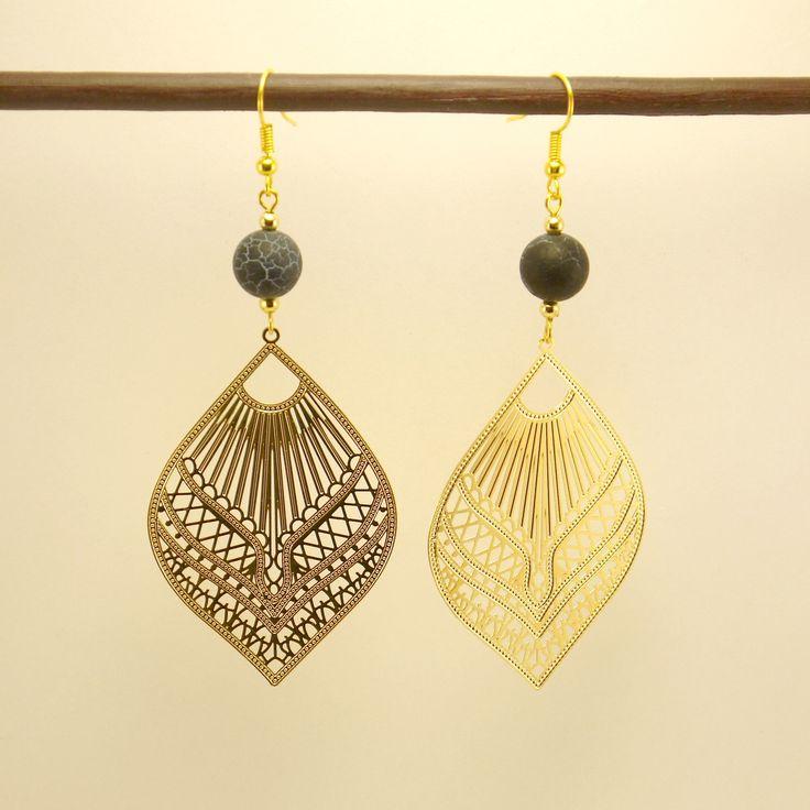 Boucles d'oreille estampe filigranée en métal doré orientale et agate veine de dragon noire givrée : Boucles d'oreille par geb-et-nout