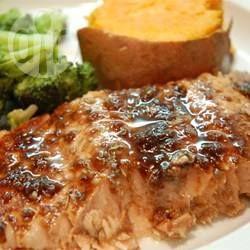 Filés de salmão com molho balsâmico @ allrecipes.com.br - Filés de salmão assado passam a ser um prato extraordinário com esse molho à base de vinagre balsâmico, alho, mel, vinho branco e mostarda Dijon.