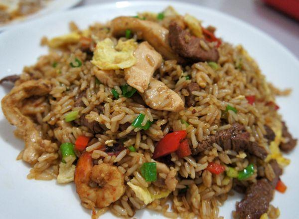 Arroz chaufa misto de carne, frango e camarão