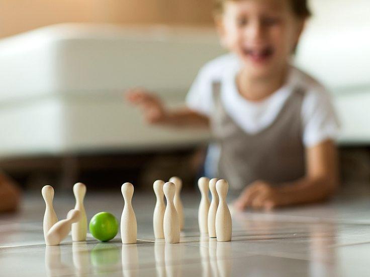 Mini Bowling. Giocare a bowling sopra il tavolo di casa o sul pavimento sarà divertentissimo! E a fine gioco, grazie ai due poggia-palla verdi, il Mini Bowling potrà essere posizionato ovunque per conferire un tocco spiritoso all'ambiente di casa o all'ufficio. Prodotto in Italia con legno di acero. Scopri i nostri giochi da tavolo in legno su http://www.giochiecologici.it/c/42/giochi-da-tavolo