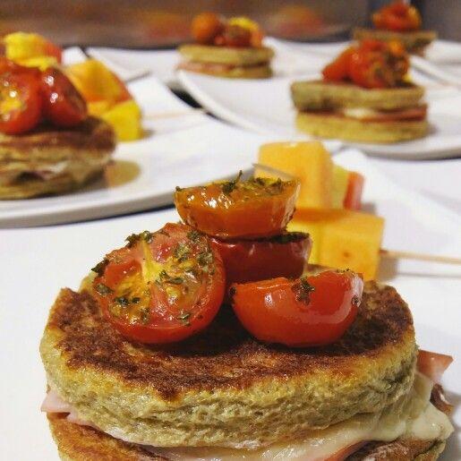Sandwich de tostadas francesas al vino tinto con jamon de cerdo, queso mozarella y tomates confitados / pinchos de fruta