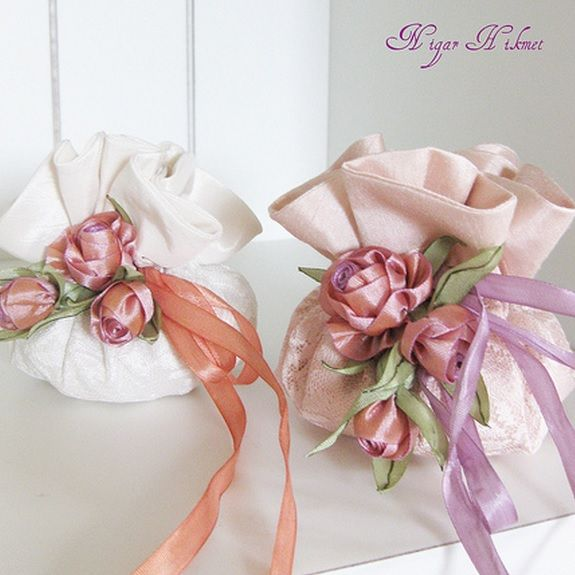 Миниатюрные цветы из ленточек и ткани. Вам понадобятся для создания таких нежных композиций из розочек - ленточки, ножницы, нитки, иголка и зажигалка