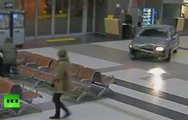 Condutor sob efeito de drogas invade aeroporto na Rússia