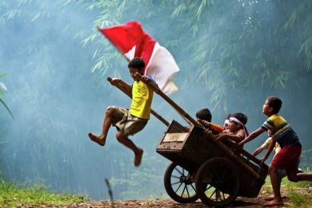 Sumantri Hadi Suseno: Children from Rumpin-Bogor playing with their chariot. Happy as always