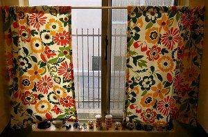 Vintage Button Kitchen Curtains  - such bright and pretty fabric: Kitchens, Idea, Vintage Buttons, Sewing Projects, Sewing Pattern, Button Curtains, Kitchen Curtains, Button Kitchen
