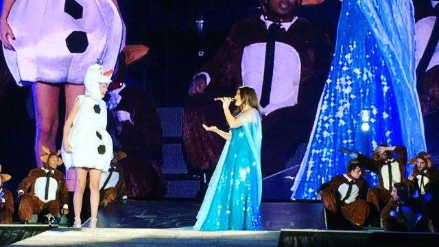Pin for Later: Même en Concert, Taylor Swift a Tenu à Célébrer Halloween Avec 2 Surprises Pour Ses Fans