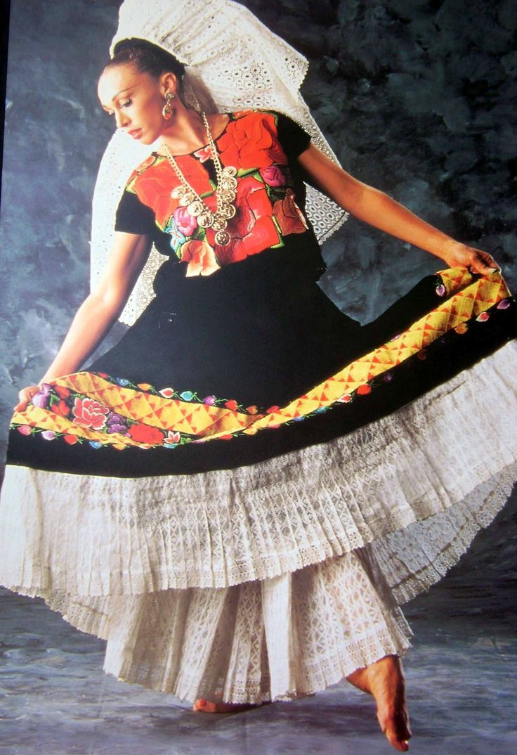 Tehuana traje tipico de itzmo de Tehuantepec Oaxaca México