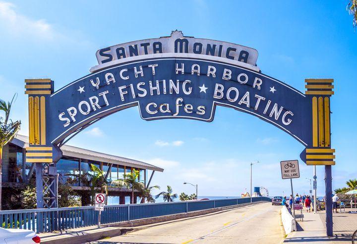 青春ドラマなどでもお馴染みの、アメリカ西海岸の雰囲気にどっぷり浸かりたいという方なら、サンタモニカやベニスなど、太平洋に接するエリアが外せません。とくに、美しい桟橋のあるサンタモニカは映画などにもたびたび登場するので見た事がある方も多いのでは。ロサンゼルス・ダウンタウンからサンタモニカまでは、2016年5月にメトロレイル・エクスポラインが開通し、アクセスが格段に便利になりました。乗り換えなし、約50分で行けちゃいます。