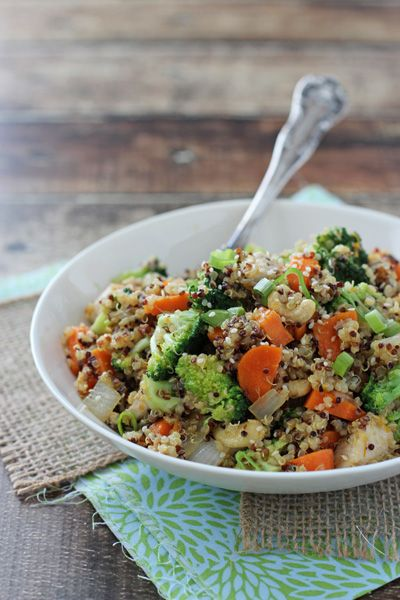 Recipe for citrusy quinoa cashew chicken and broccoli. A quick weeknight dinner packed with protein, veggies and an orange ginger dressing.