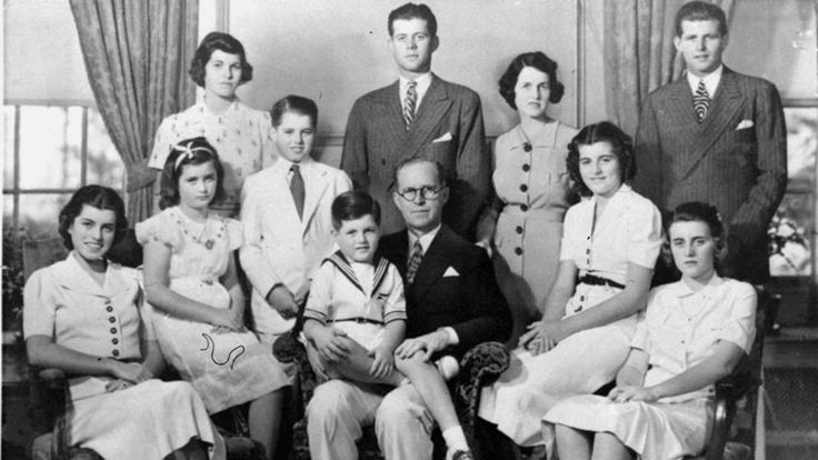 Heile Welt: Familie Kennedy posiert 1938 für ein Foto. Rosemary steht dabei hinten links neben ihren Brüdern Robert und John http://www.bild.de/bild-plus/politik/ausland/john-f-kennedy/die-verschwundene-kennedy-42472782,var=b,view=conversionToLogin.bild.html