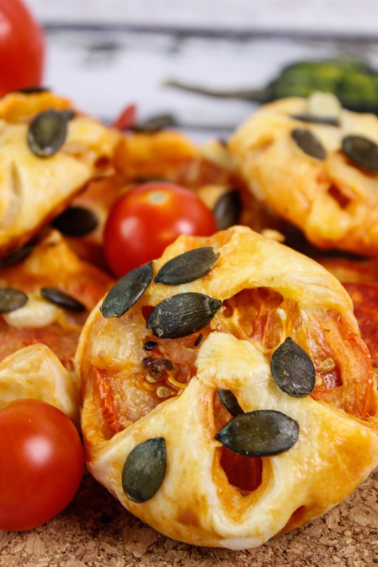 Mini pockets made of puff pastry stuffed with cheese, pepperoni and fresh tomato. On the top sprinkled with crunchy pumpkin seeds.