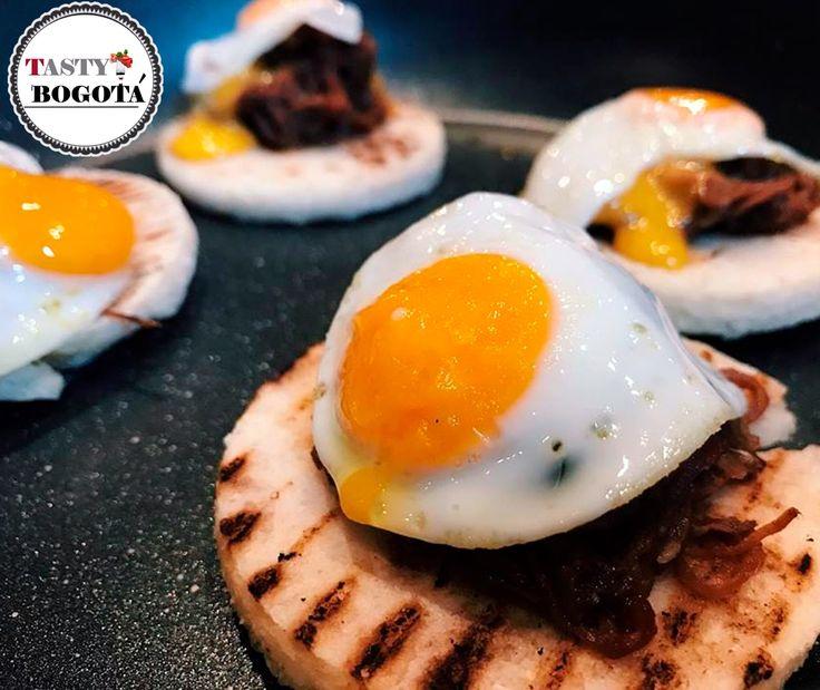 Arepa con carne desmechada y huevo de codorniz  Local