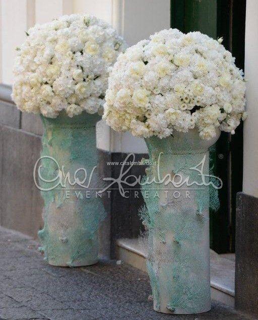 Marvelous wedding in Capri. Nuvole di peonie bianche per gli eterei addobbi floreali della chiesa. | Cira Lombardo Wedding Planner