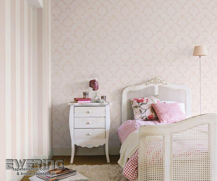 Rasch Sophie Charlotte 3 - Streifentapete und Ornament und alt-rosa bringen Klassik in das Schlafzimmer.
