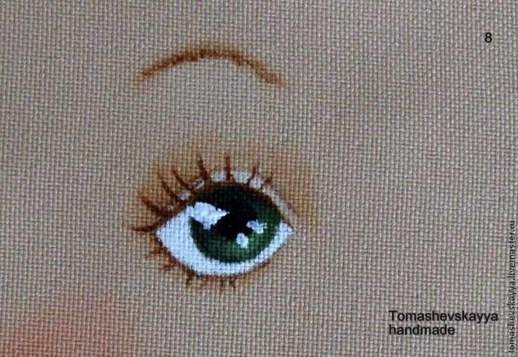 Предлагаю вам посмотреть, как я рисую глазки. Я использую: простой карандаш, тоненькую кисточку (№0 или еще тоньше — реснички я рисую кисточкой №000), сухая пастель, акриловые краски по ткани. 1. Рисую глазки простым карандашом не очень жирно, но заметно. Это точнее, чем исчезающим маркером. А контур потом, после нанесения краски, не видно. 2. Белую и коричневую пастель натираю в порошок.