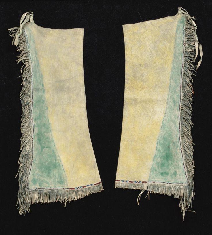 Кожаные леггинсы, Южные Равнины.  Длина 33 1/4 дюйма. Приобретена у Larry Frank, Нью Мексико.  Sotheby's. AMERICAN INDIAN ART 18 Maя 2007 года. Нью Йорк.