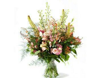 Boeket New York  Imposant herfstboeket in roze en zalmtinten. Bloemen als alstroemeria, leeuwenbek, crocosmia, ridderspoor, eremurus, eustoma, lelie, roos, viburnum en groenmateriaal.Verkrijgbaar bij www.bloemenweelde-amsterdam.nl