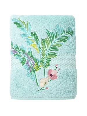 Évasion submerges us into lush vegetation composed of ferns and orchids that hide dragon flies, butterflies, and exotic birds on this tropical bath towel.